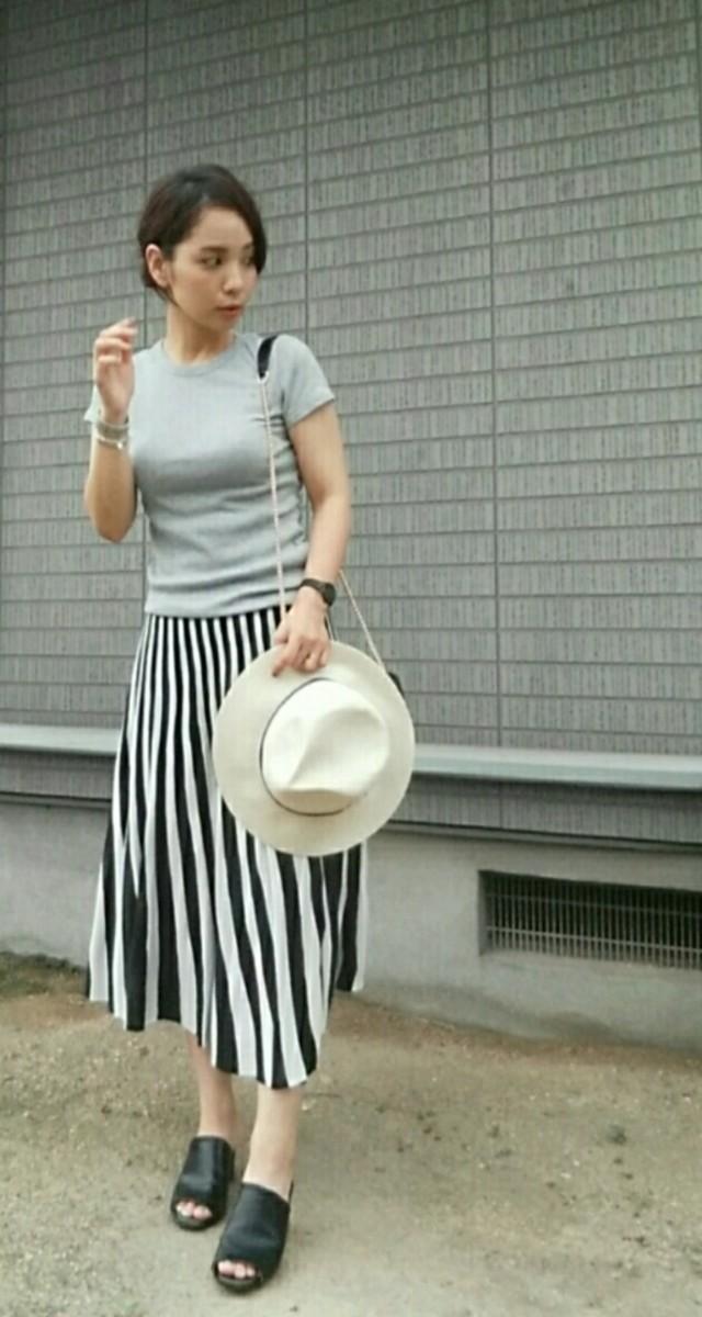黒×白のストライプ柄スカートで、大人っぽく引き締めて