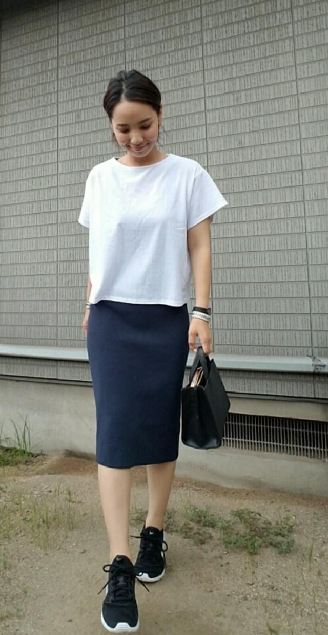 白のTシャツ×ネイビーのスカートでオフィスカジュアルにも♪