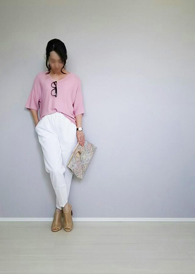 選ぶならピンクTシャツ! シンプルでも大人可愛くなる♡