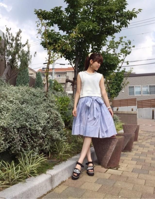 白×ブルーのストライプ柄スカートですっきり涼し気に