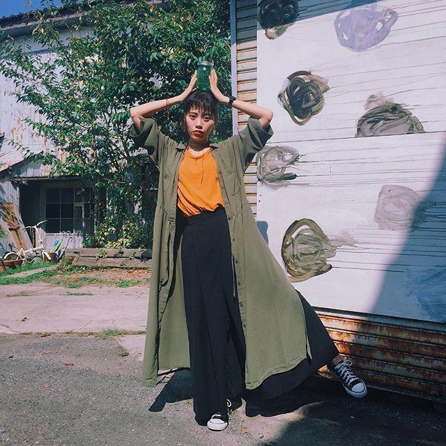 ゆるカジュアルもオレンジで季節感を意識した着こなしへ