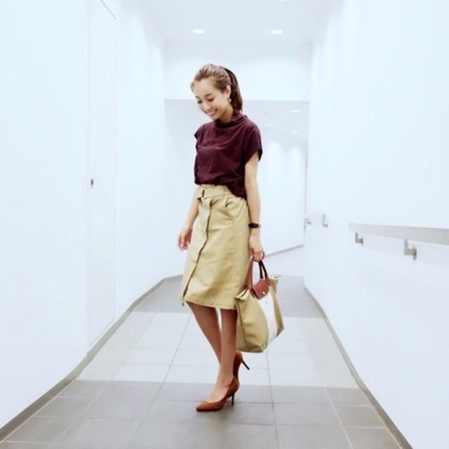 シンプルなトップスでも女性らしく決まる! ラップスカート