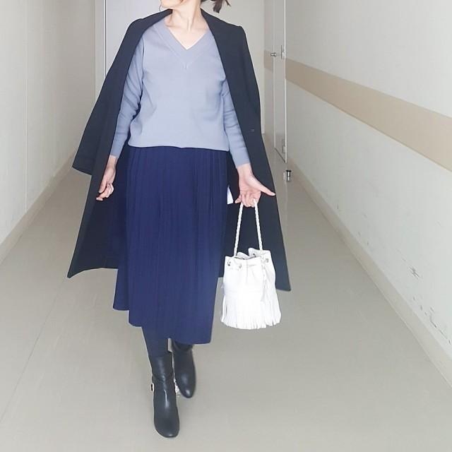 軽やかなプリーツスカートにロングブーツを合わせて、大人っぽい異テイストMIXに