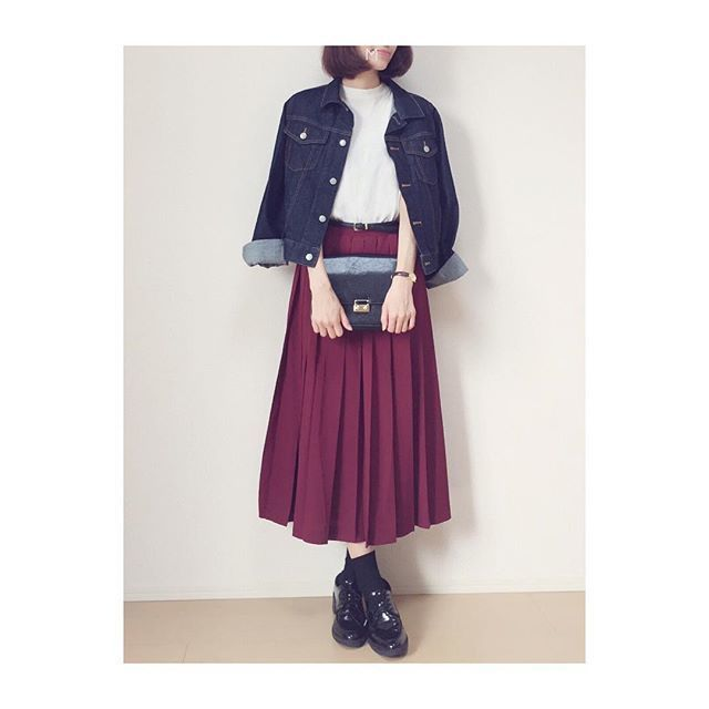 デニムジャケットに暖色プリーツスカートで、ムードを盛り上げる秋カジュアル