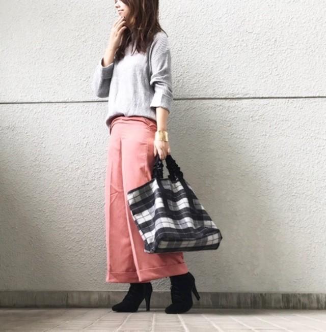 春らしさ満点♥ ピンクのワイドパンツを大人に着こなして