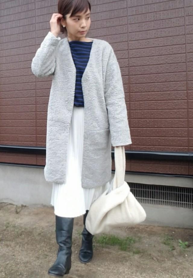 軽さのある白のプリーツスカートで、冬の重見えコーデを回避する