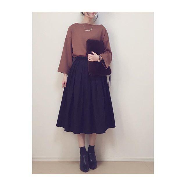 黒のフレアスカートは秋色トップスと合わせて