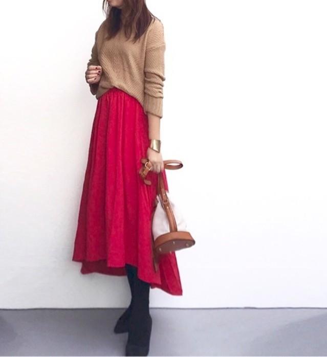 赤色パンツ&スカートに合わせて落ち着いた印象に