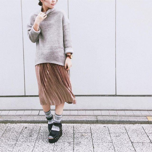 キャメルのプリーツスカートで重めアイテムも軽やかに♥