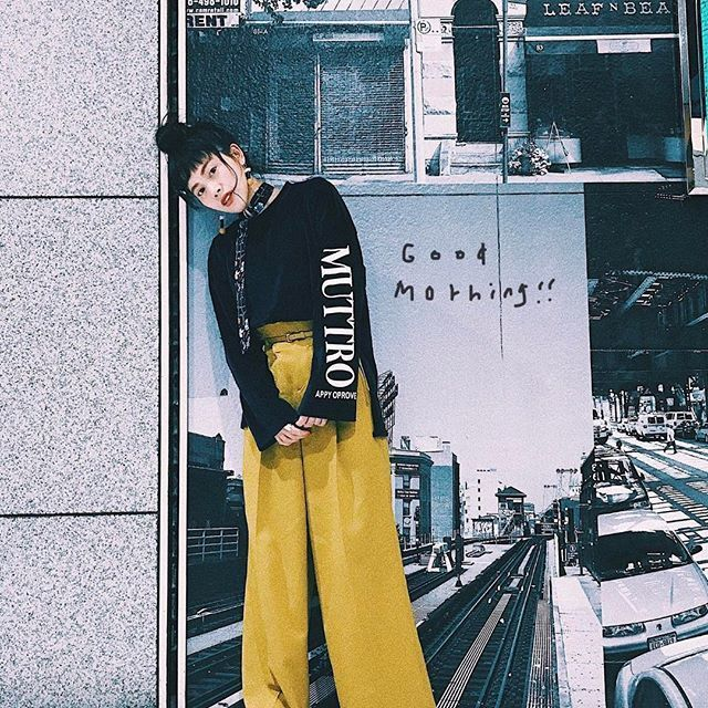 イエローのワイドパンツでレトロファッション