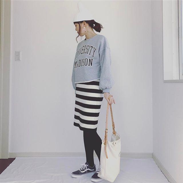 ロゴプリントのスウェットは大人丈スカートと合わせてブラッシュアップ!