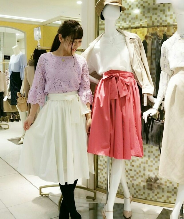 清楚なホワイトスカートはパステルカラーと一緒に♡