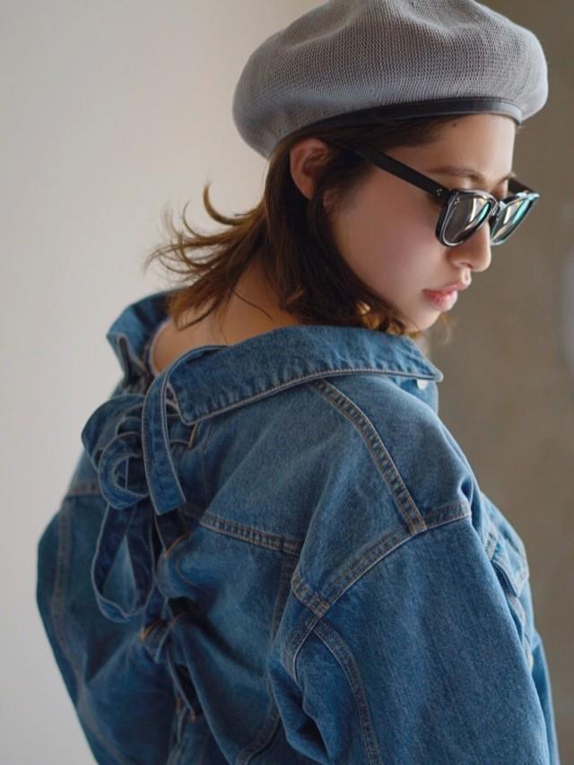 バックリボンのデニムジャケット&シャツでフェミニンなカジュアルに