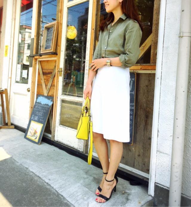 白×カーキの大人っぽい配色には、派手カラー小物でアクセントを