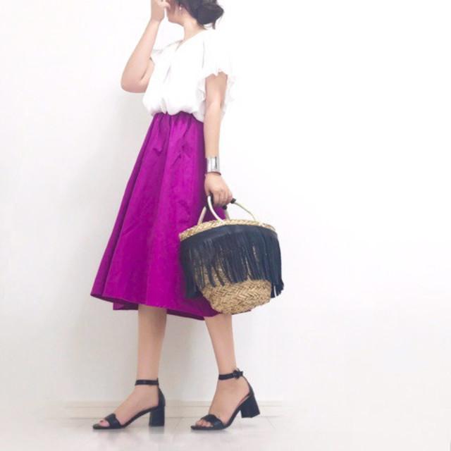 揺れ感のあるスカートで美脚効果を狙う!