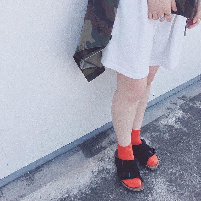 カラー靴下がヘルシーコーデの差し色に
