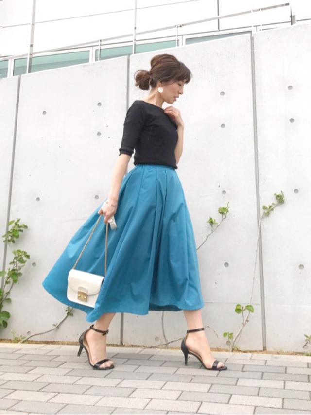 カラースカートは白合わせで可愛く、黒合わせで大人っぽくイメチェン可能です♪