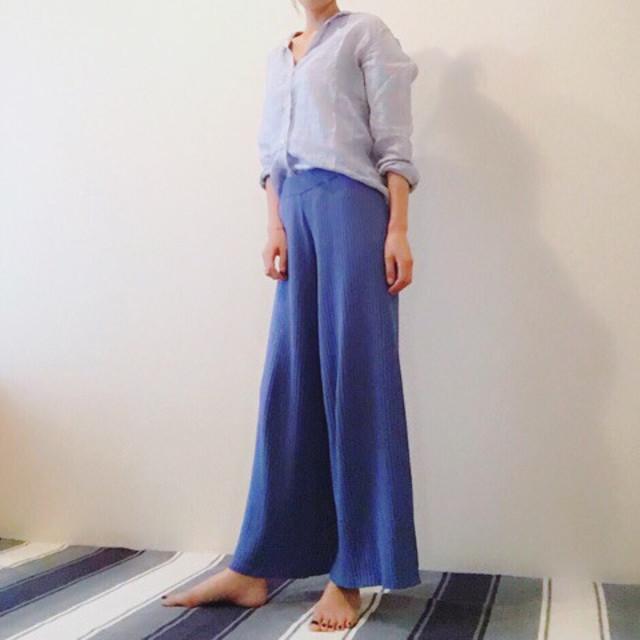 甘く転びがちな淡いブルーがリネンシャツで大人っぽく決まる