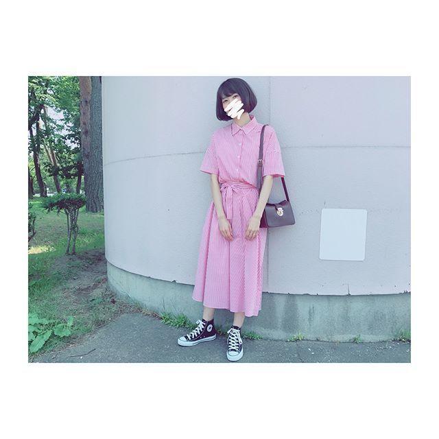 可愛らしいピンクには、シックなダークカラーが好相性