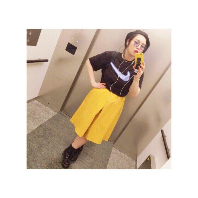 イエロースカート×スポーツロゴTシャツ