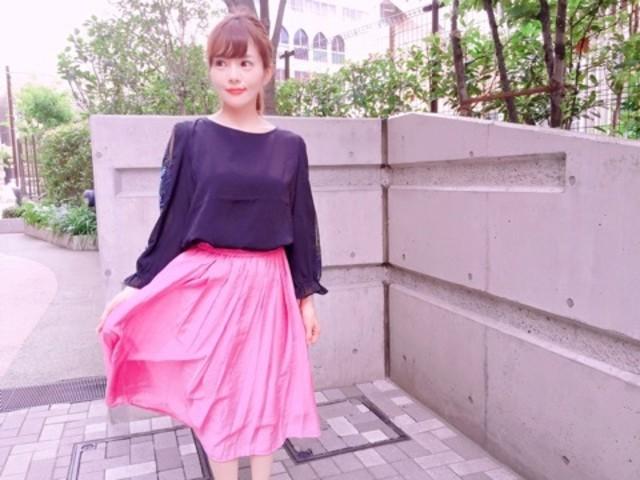 カラースカートで明るくフェミニンに!