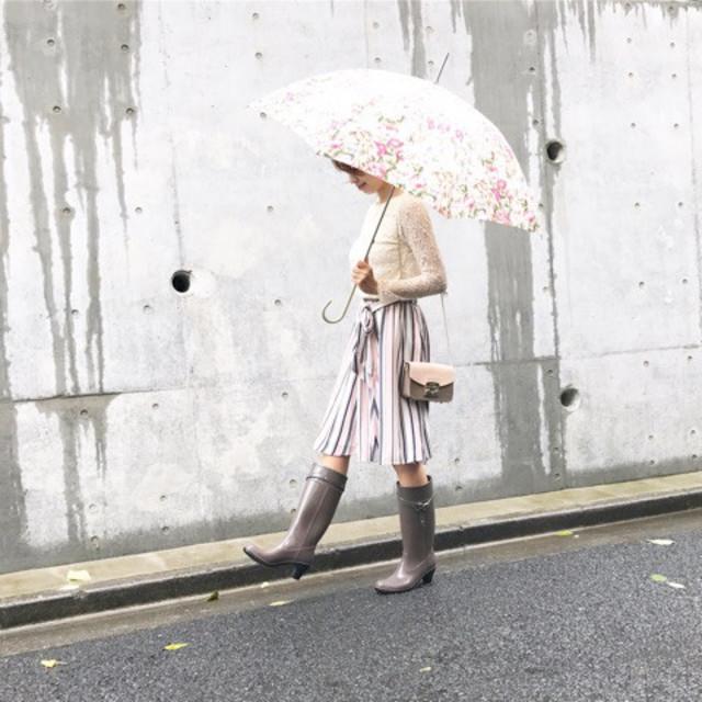 周りの視線を独り占め、雨の日こそ柄スカートを♡