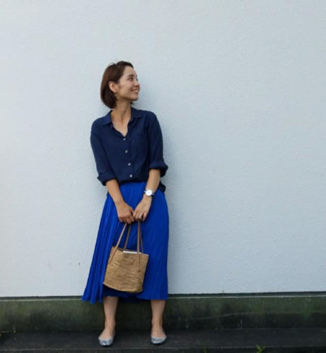 ミディ丈フレアスカートは、コンパクトなトップスに合わせて好バランスに