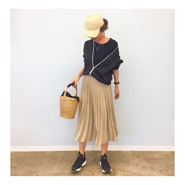 ベージュのプリーツスカートは揺れる裾が軽やかさを演出してくれる♡