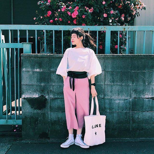ピンクのコーデをキャンバスバッグでカジュアルダウン