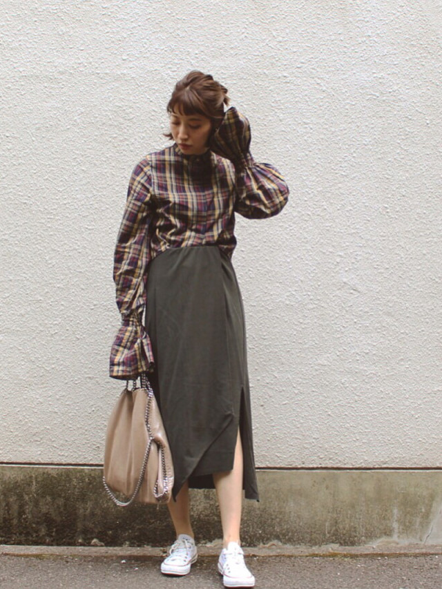定番スニーカーはスカートと合わせて女性らしさを
