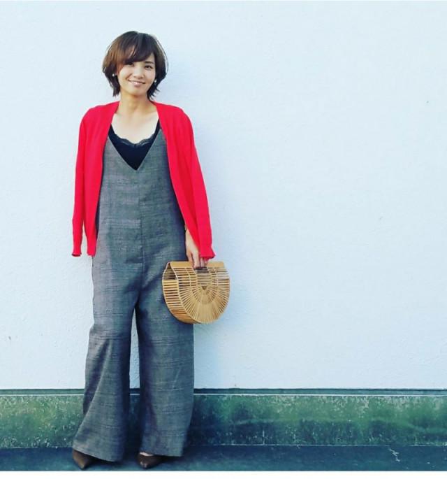 赤のカーディガンをチェック柄のサロペットやジャンパースカートに羽織って秋っぽく