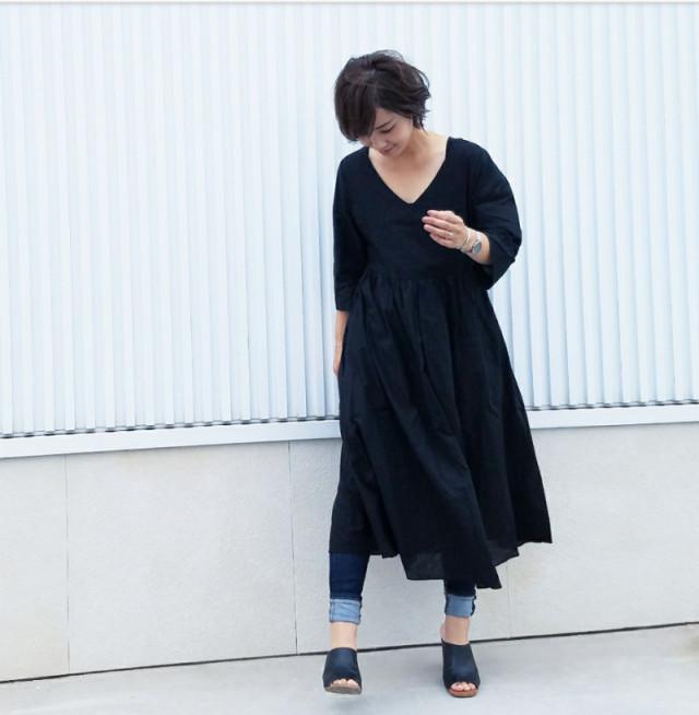 Vネックのふんわりワンピース×デニムの重ね着は黒でシックに