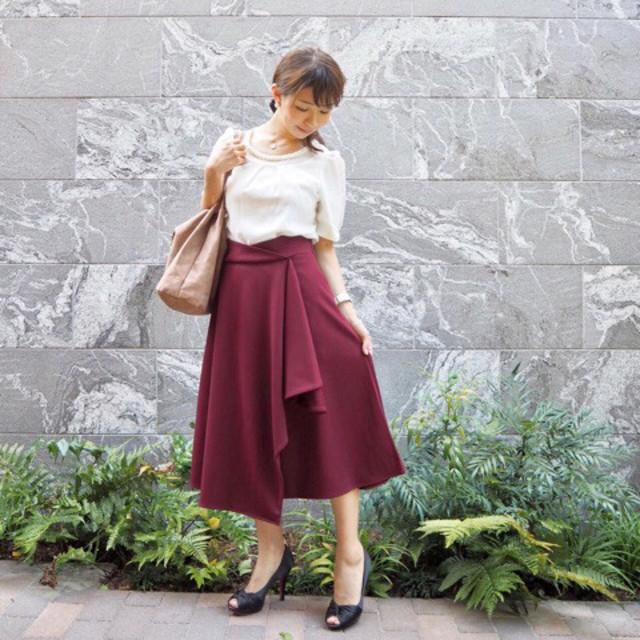 フレアシルエットのスカートはオフィスコーデに上品にマッチ