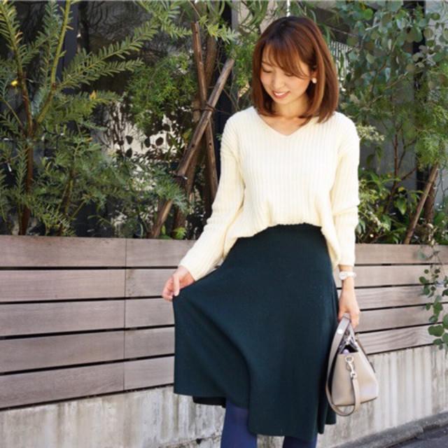 冬っぽいスカートも白のVネックニットで明るい印象に♥