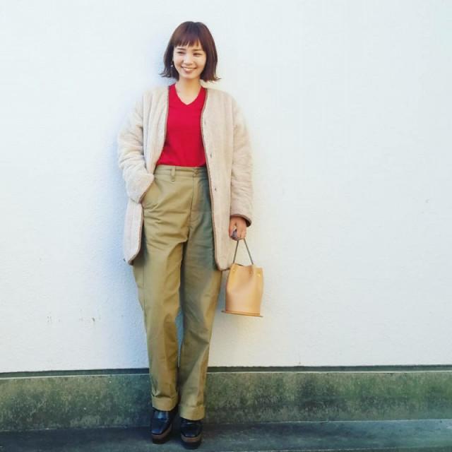 【淡いカラーパンツ/02】個性が光るふんわりベージュの優しい装い