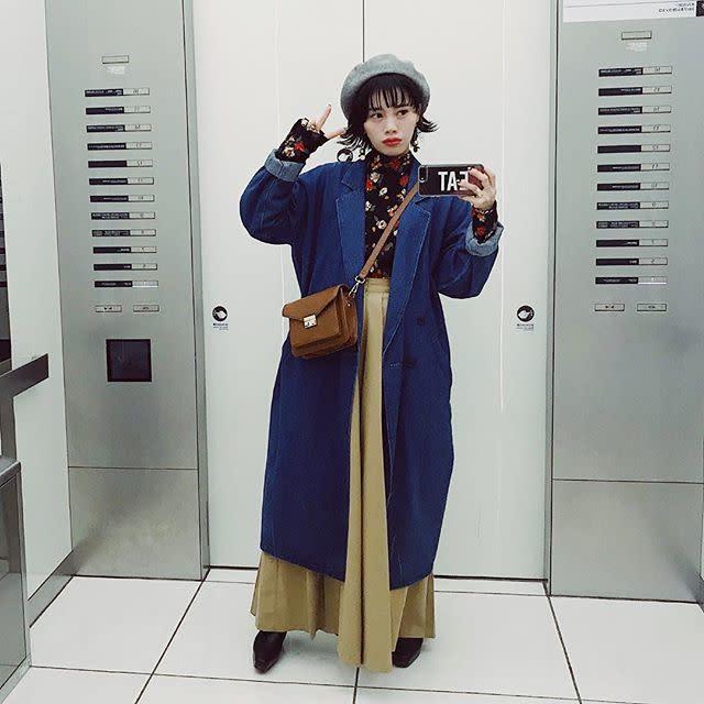 【上から掛ける/04】レトロなムード高まるキャメルのバッグ