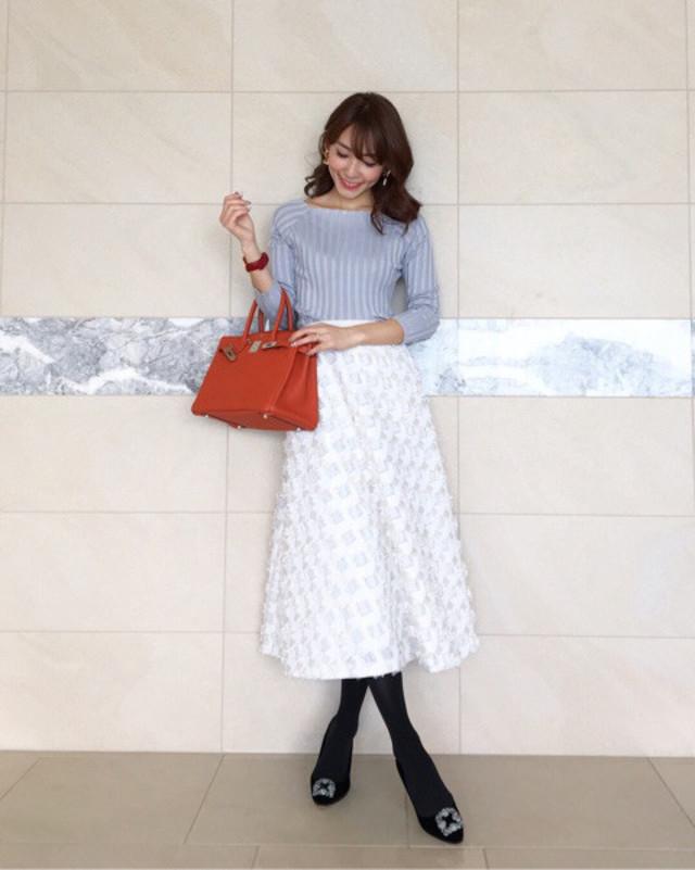 白×ライトグレーのスカートコーデにはタイツやショートブーツで暖かみをプラス