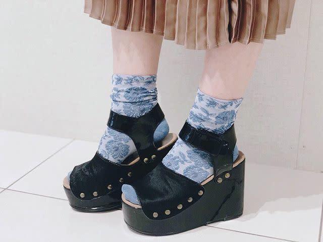 ランダム柄の靴下は見せ方で印象を変えて