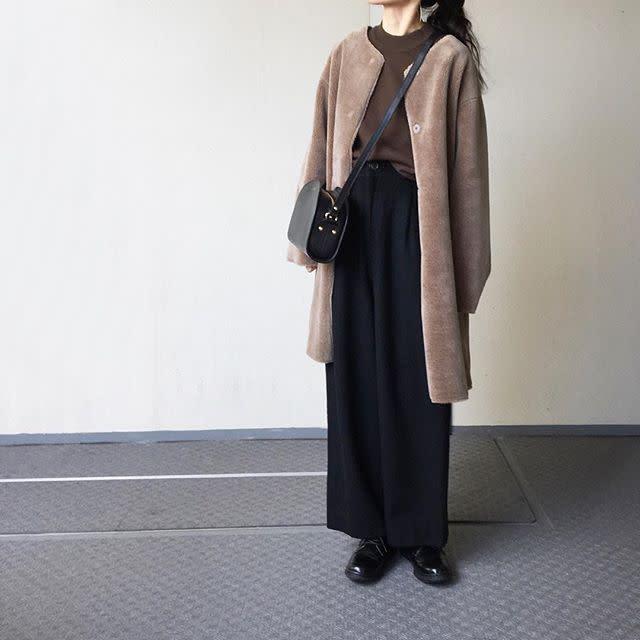 ボア素材のノーカラーコートは旬色ブラウンですっきり見えOK