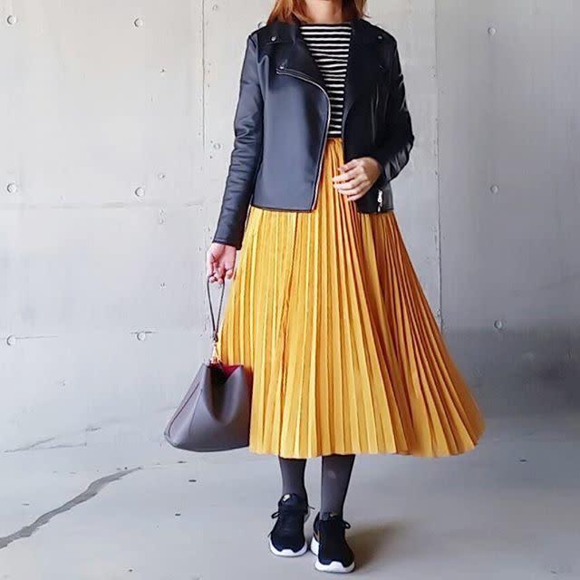 おしゃれなロングスカートにタイツやショートブーツを合わせて、おしゃれに冷え対策を