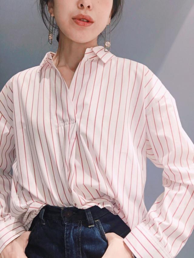 レッドカラーのストライプシャツが、デニムパンツをパリ風スタイルへ