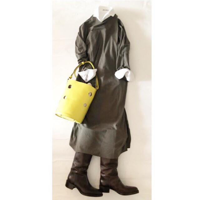 ダークカラーに映える、イエローのきれいめバッグ