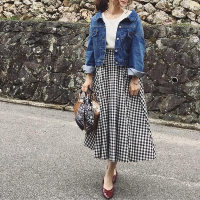 ボリュームのあるロングフレアスカートは爽やか柄をチョイス