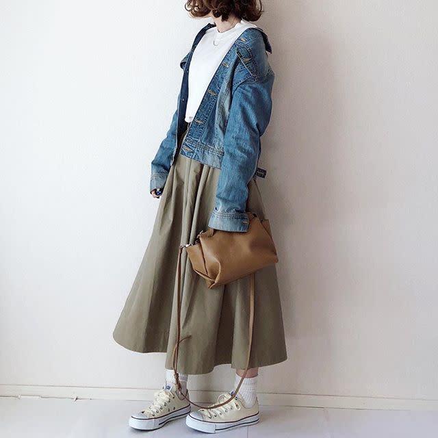カジュアルなロングスカートとスニーカーに白ソックスで爽やかに