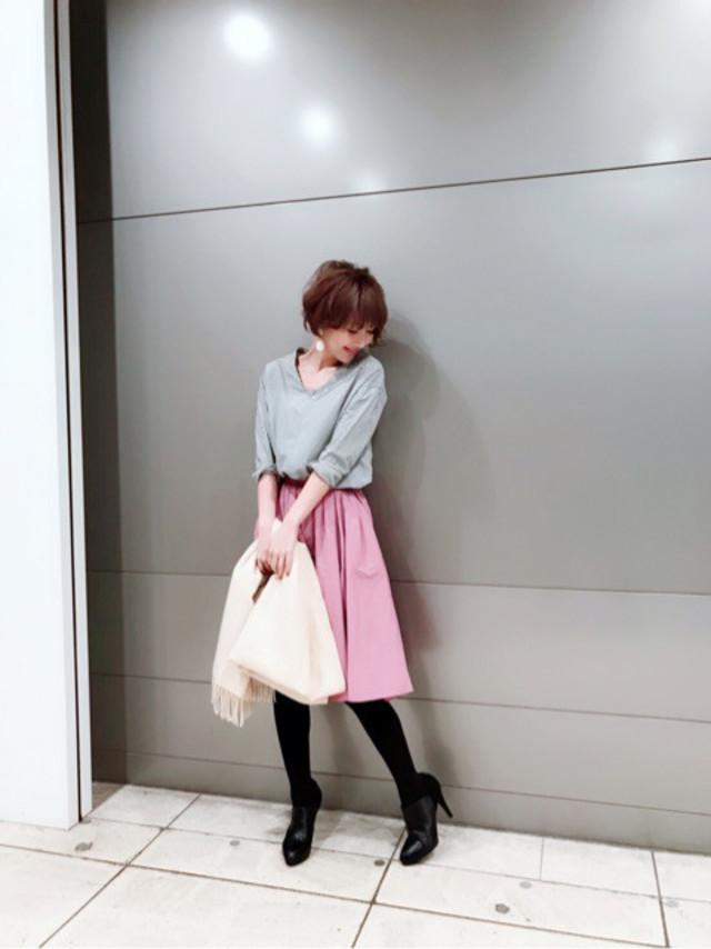 ふんわりピンクのスカートでフェミニンに