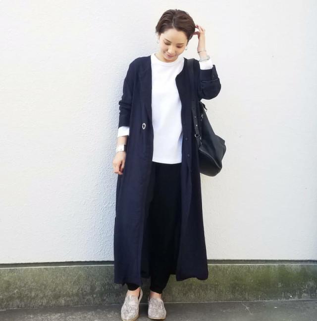 ノーカラーコートとスポーティな黒パンツですっきりカジュアルに