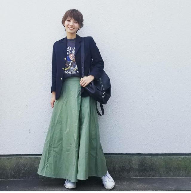 ボリュームのあるロングスカートもショートヘアでスタイルアップ
