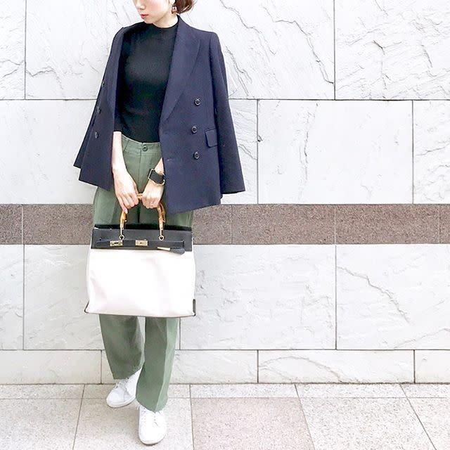 カジュアルなスニーカーとパンツには、きちんと感のあるジャケットをプラス