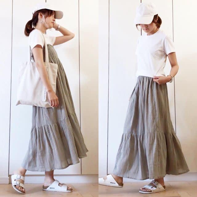 白Tにライトグレーのティアードスカートを合わせてカジュアルな旬コーデ