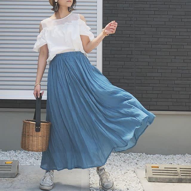 軽やかなスカートと掛け合わせて